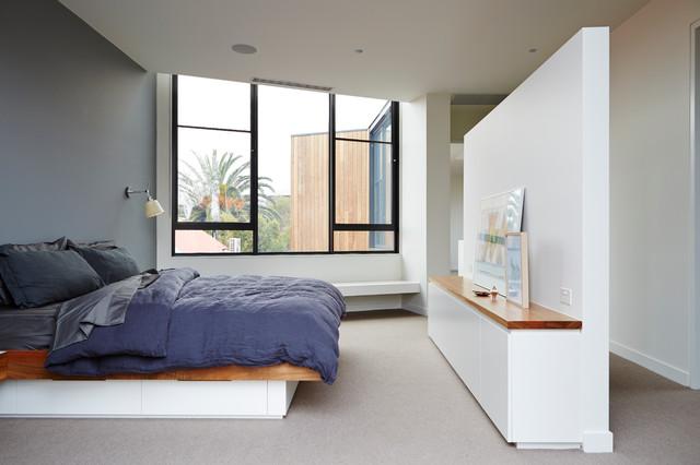 Immagine di una camera matrimoniale design con pareti grigie e moquette