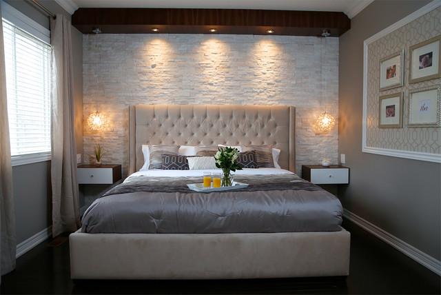 Cette photo montre une petite chambre adulte moderne avec un mur beige un sol en