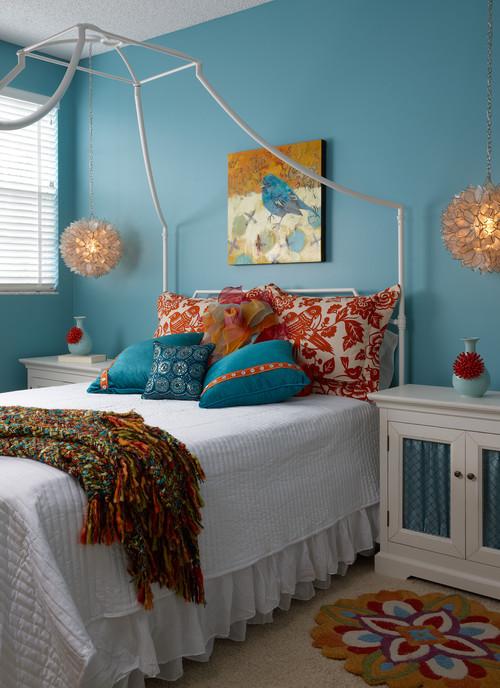 インパクトのある赤い飾りをつけた花瓶を2つベッドの両サイドに置くことで寝室全体のバランスがとても素敵です。