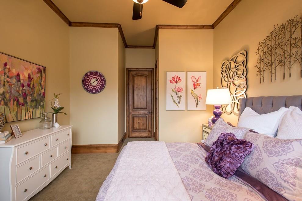 Foto de dormitorio clásico renovado, de tamaño medio, con paredes púrpuras y moqueta