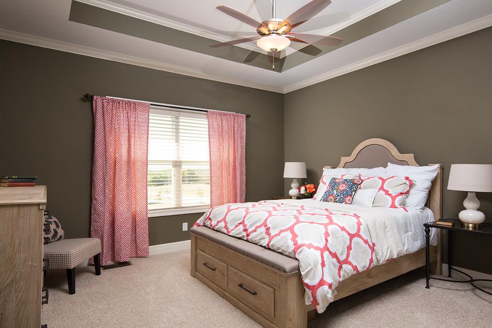 Immagine di una camera matrimoniale chic di medie dimensioni con pareti beige e moquette