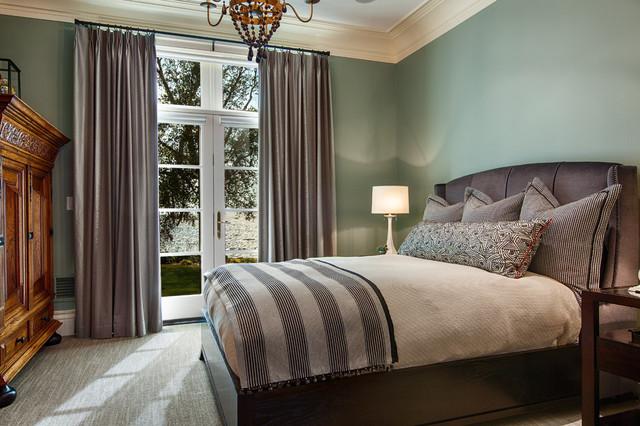 Bild på ett mellanstort vintage sovrum, med grå väggar, heltäckningsmatta och grått golv