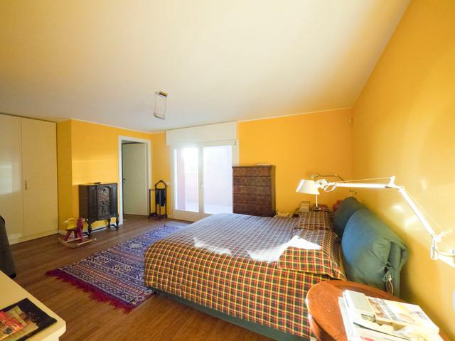 Esempio di una grande camera matrimoniale boho chic con pareti gialle e pavimento in bambù
