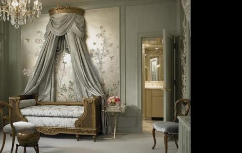 серая спальня с кроватью с балдахином с обоями росписными