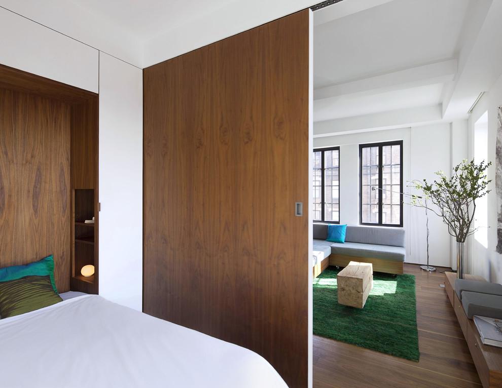 Exempel på ett modernt sovrum, med vita väggar
