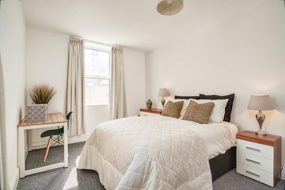 Imagen de dormitorio contemporáneo, de tamaño medio, con paredes blancas, moqueta y suelo gris