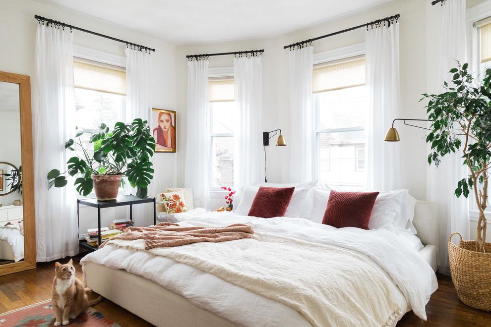 Foto de dormitorio principal, ecléctico, sin chimenea, con paredes blancas y suelo de madera oscura