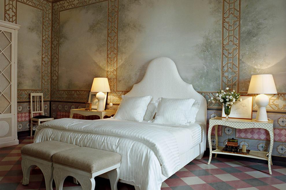 Новый формат декора квартиры: большая спальня в средиземноморском стиле с разноцветными стенами для хозяев