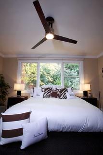 Perabot Yang Rendah Dan Penempatan Tinggi Kipas Membuat Ruang Tamu Ini Berasa Lebih Daripada Sebenarnya