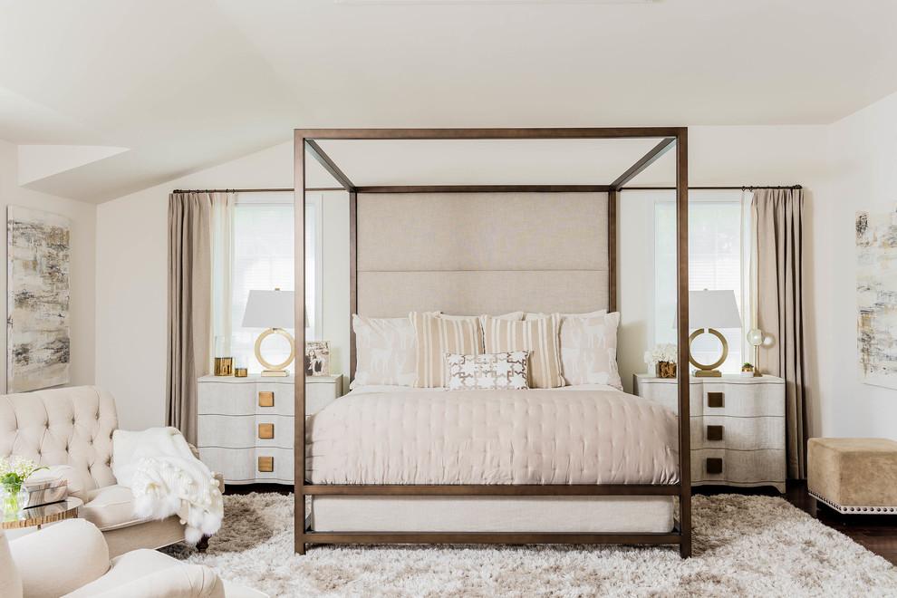 Ejemplo de dormitorio principal, clásico renovado, grande, con paredes blancas, suelo de madera oscura y suelo marrón