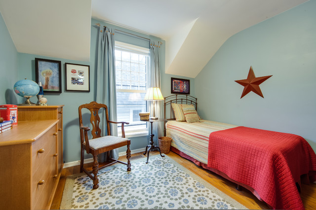 Inspiration for a timeless bedroom remodel in Toronto with blue walls