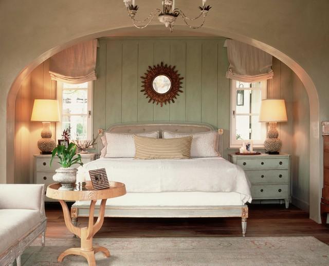 Ispirazione per una camera da letto stile shabby con pareti verdi