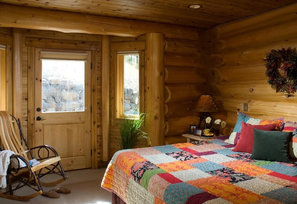 Foto de dormitorio rural con moqueta