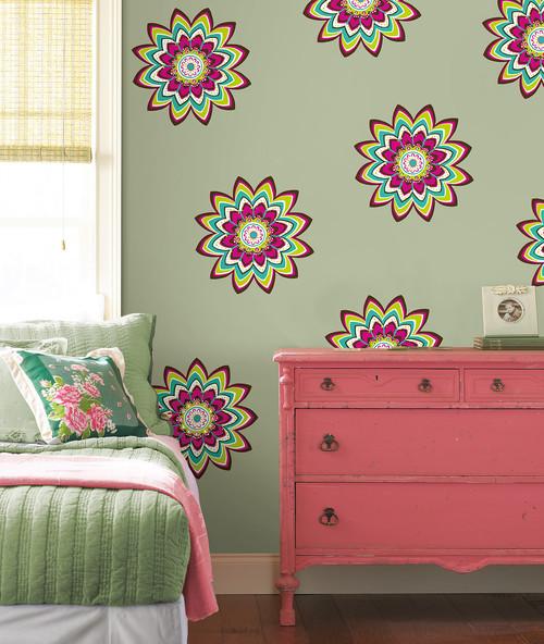 яркий цветочный принт в дизайне команаты для подростка девочки фото