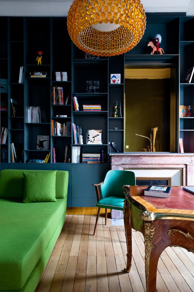 Exemple d'un bureau tendance de taille moyenne avec un sol en bois clair, un bureau indépendant et un sol marron.