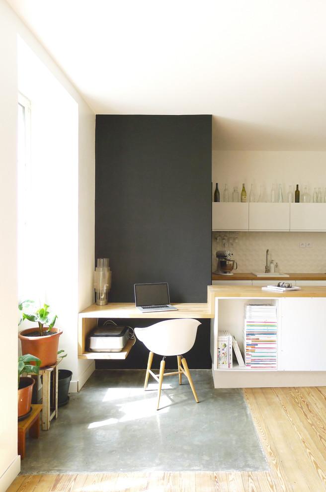 Study room - small contemporary built-in desk light wood floor study room idea in Nantes