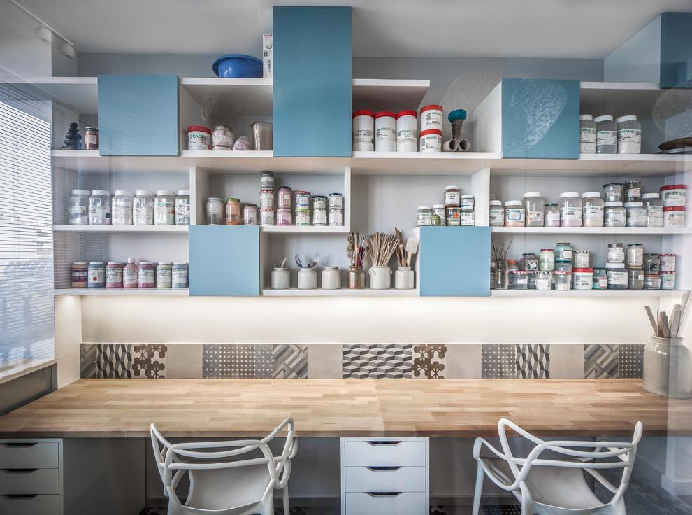 Mid-sized trendy built-in desk craft room photo in Paris