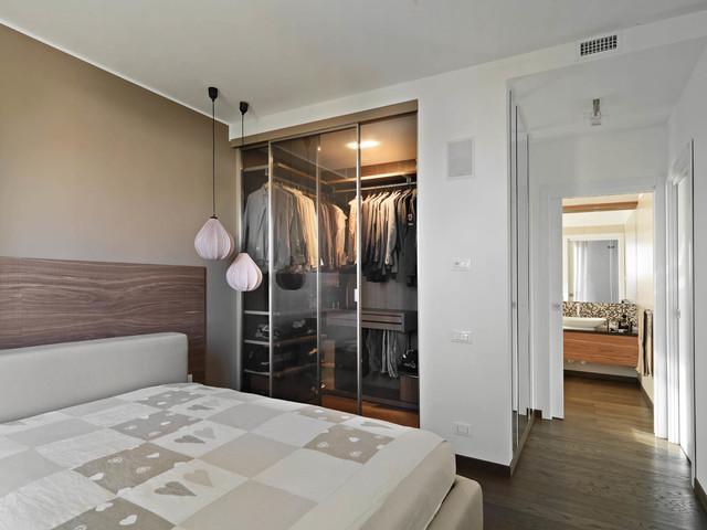 Ispirazione per una camera matrimoniale contemporanea con pareti bianche e pavimento in legno massello medio