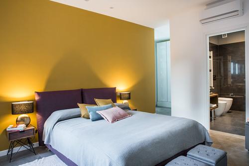 黄色のアクセントクロスを使った寝室