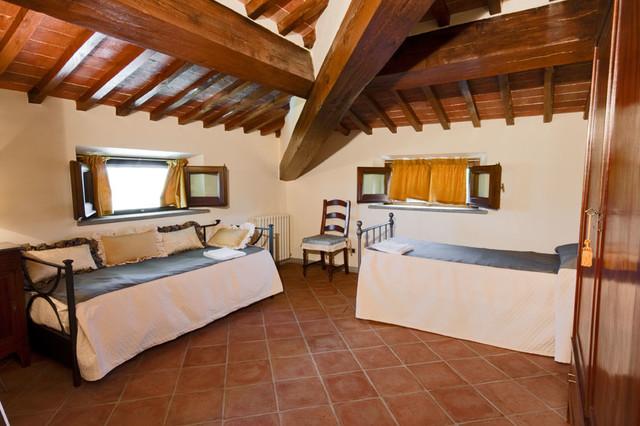 Arredamento casa vacanze villa colombai for 4 piani casa di campagna camera da letto