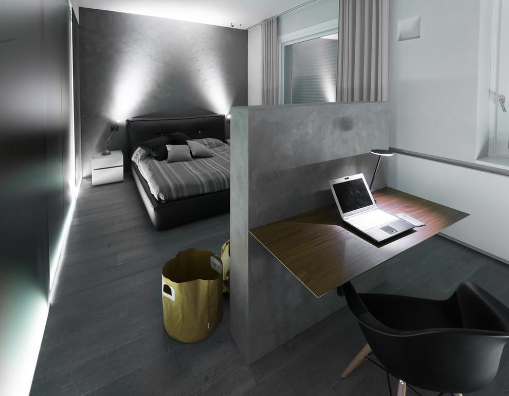 Esempio di una grande camera matrimoniale design con pareti bianche e pavimento in legno verniciato
