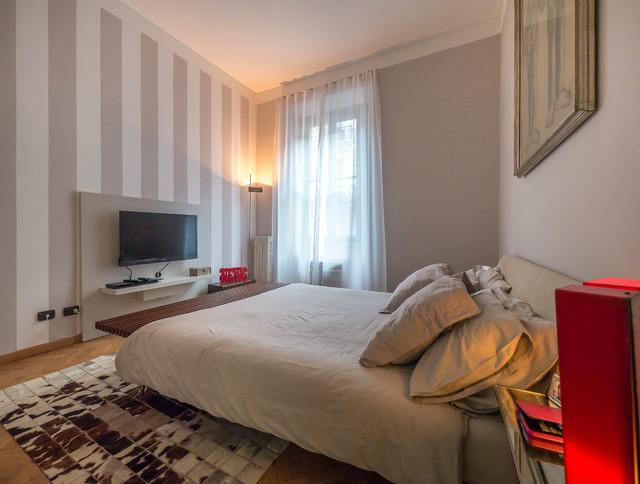 Camera matrimoniale le righe e l 39 arte moderna contemporaneo camera da letto milano di - Camera da letto milano ...