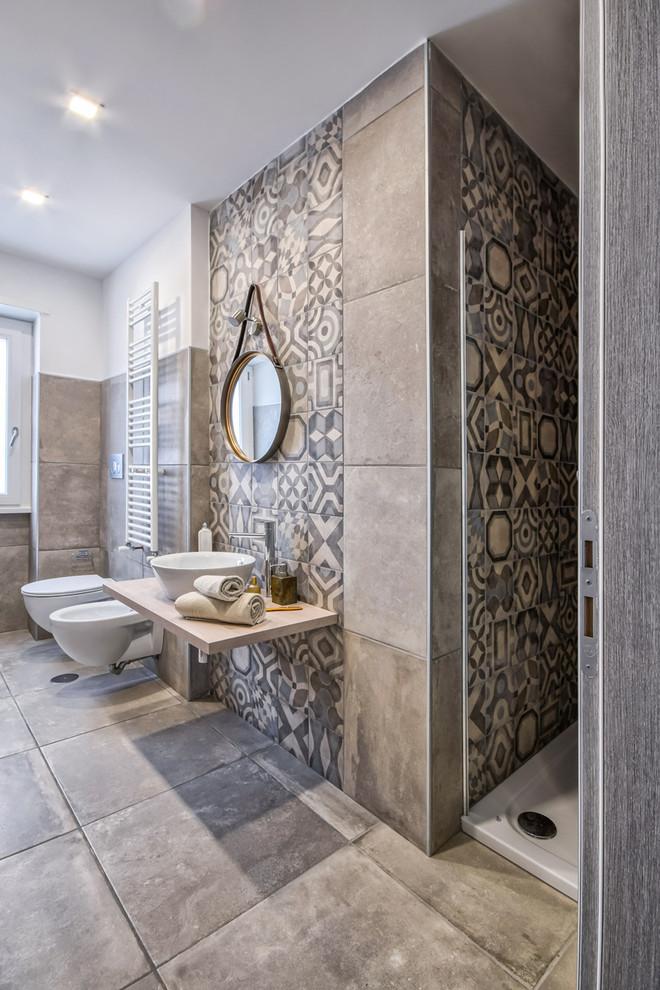 Esempio di una camera da letto design con pareti bianche e pavimento grigio