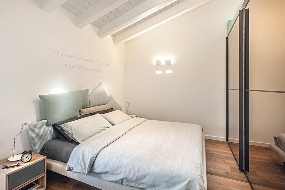 Immagine di una camera degli ospiti contemporanea con pareti bianche, pavimento in legno massello medio e pavimento marrone