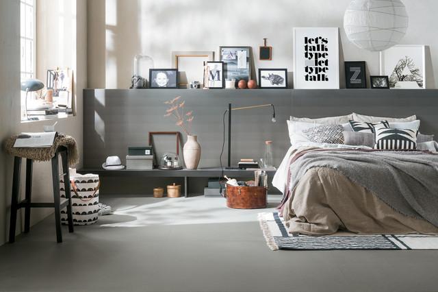 Camera da letto con pavimento in gres porcellanato e pareti grigie ...