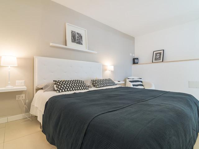 Camera Da Letto Stile Minimalista : Minimal chic apartment contemporaneo camera da letto cagliari