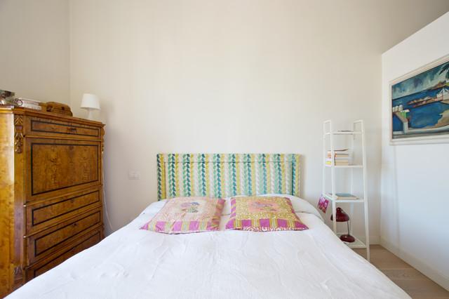 Exemple d'une chambre parentale éclectique avec un mur blanc et un sol en bois brun.