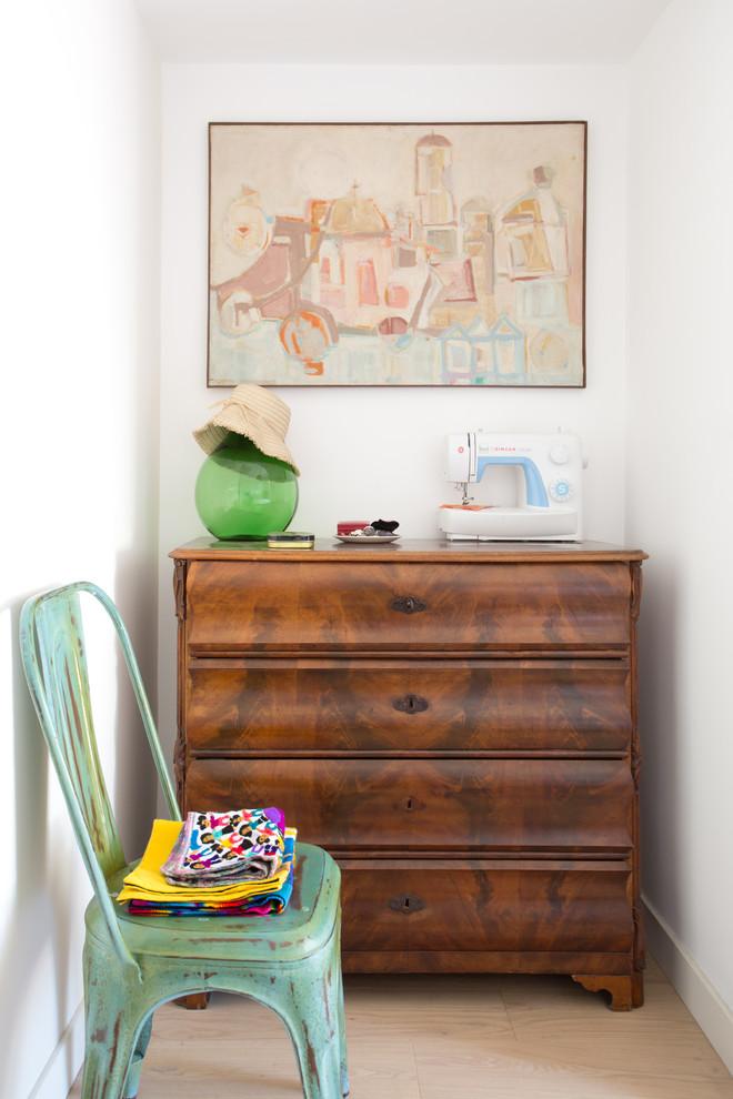Ispirazione per una camera padronale boho chic con pareti bianche e pavimento in legno massello medio