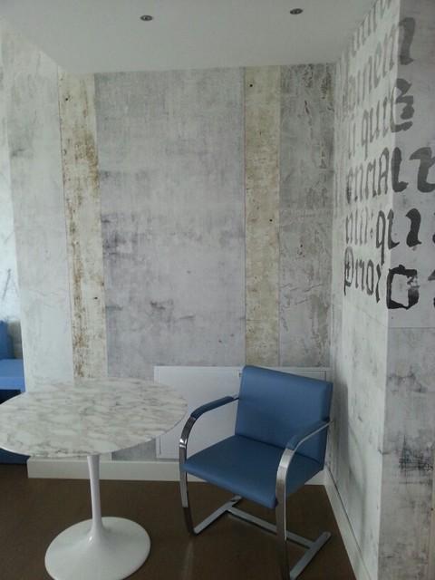 Esempio di una grande camera matrimoniale minimal con pareti bianche e pavimento in legno massello medio