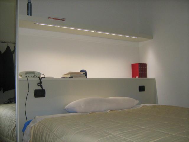 Arredamento Minimalista Camera Da Letto : Una camera da letto in stile contemporaneo con arredamento
