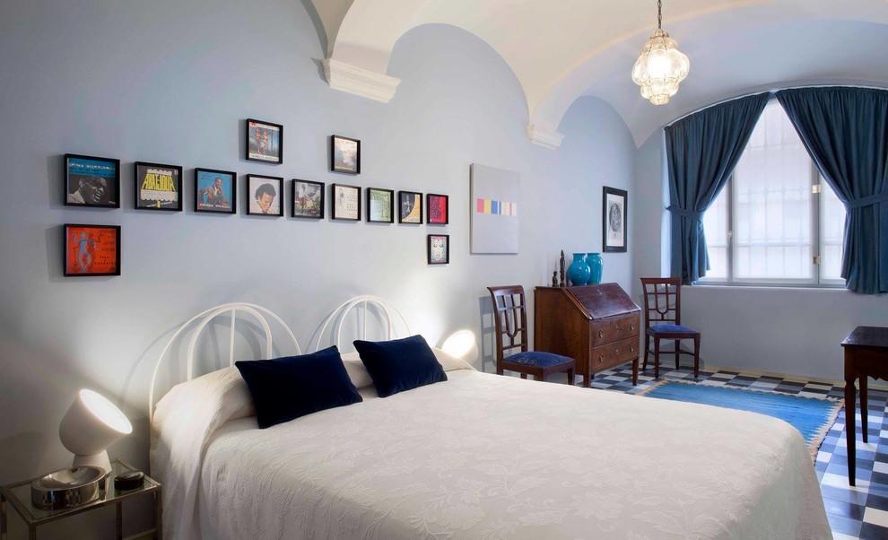 Foto di una camera matrimoniale bohémian con pareti blu, moquette e pavimento blu