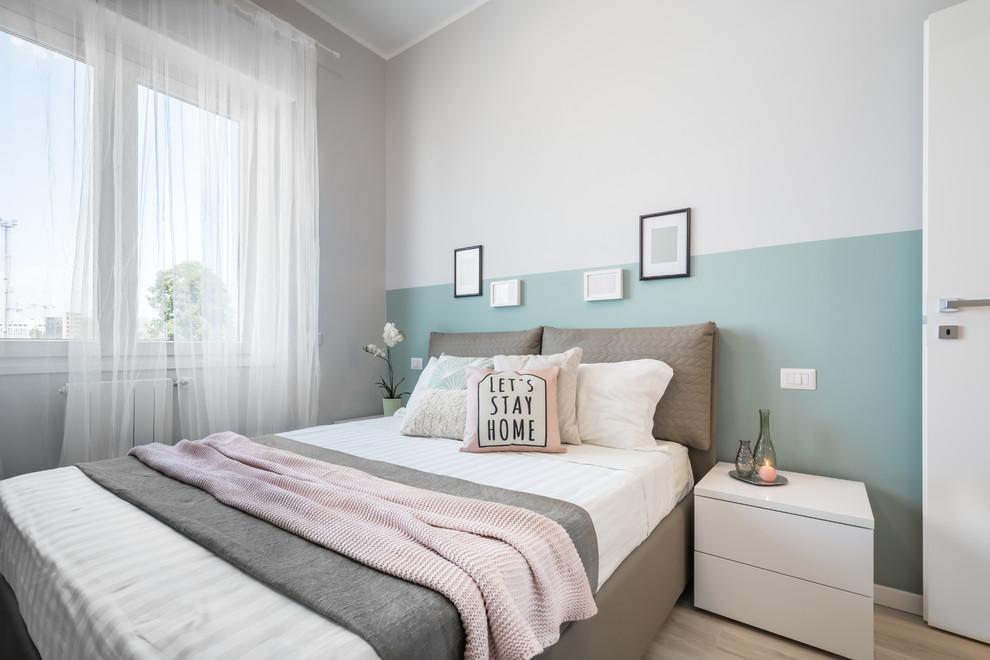 Ispirazione per una piccola camera matrimoniale nordica con pareti beige, parquet chiaro e pavimento beige