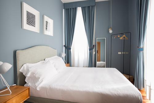 グレー基調の壁紙を使った寝室