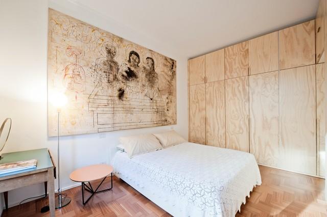 Esempio di una piccola camera matrimoniale scandinava con pareti bianche, pavimento in legno massello medio e pavimento beige