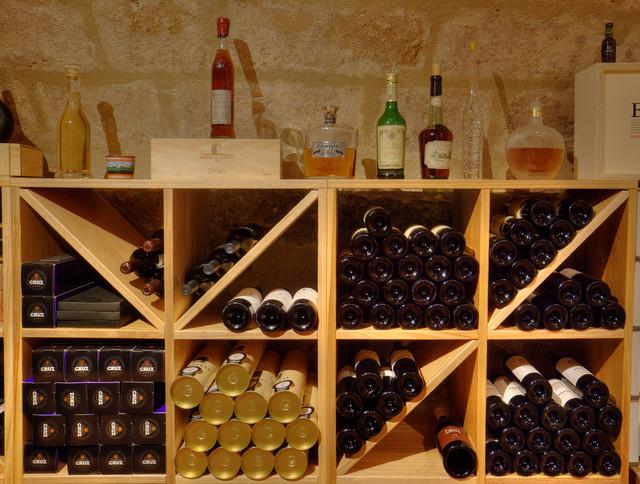 cellier cave vins bois eucalyptus massif villa priv e idf classique cave vin. Black Bedroom Furniture Sets. Home Design Ideas