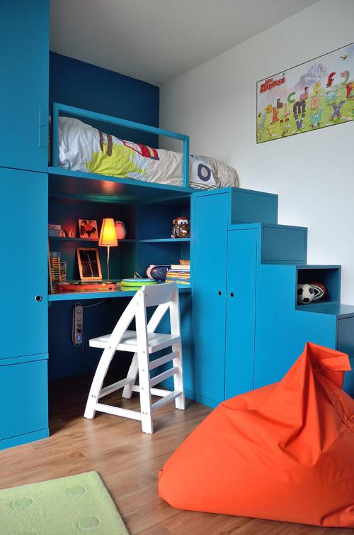 ロフトに上がる階段を収納場所に、ロフト下も机にしてスペースを無駄なく使って。全体がコンパクトにまとまっているので部屋がせまくなりません。