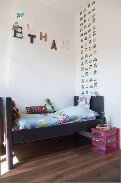 Idées déco pour une grande chambre d'enfant de 1 à 3 ans contemporaine avec un mur blanc et un sol en bois brun.