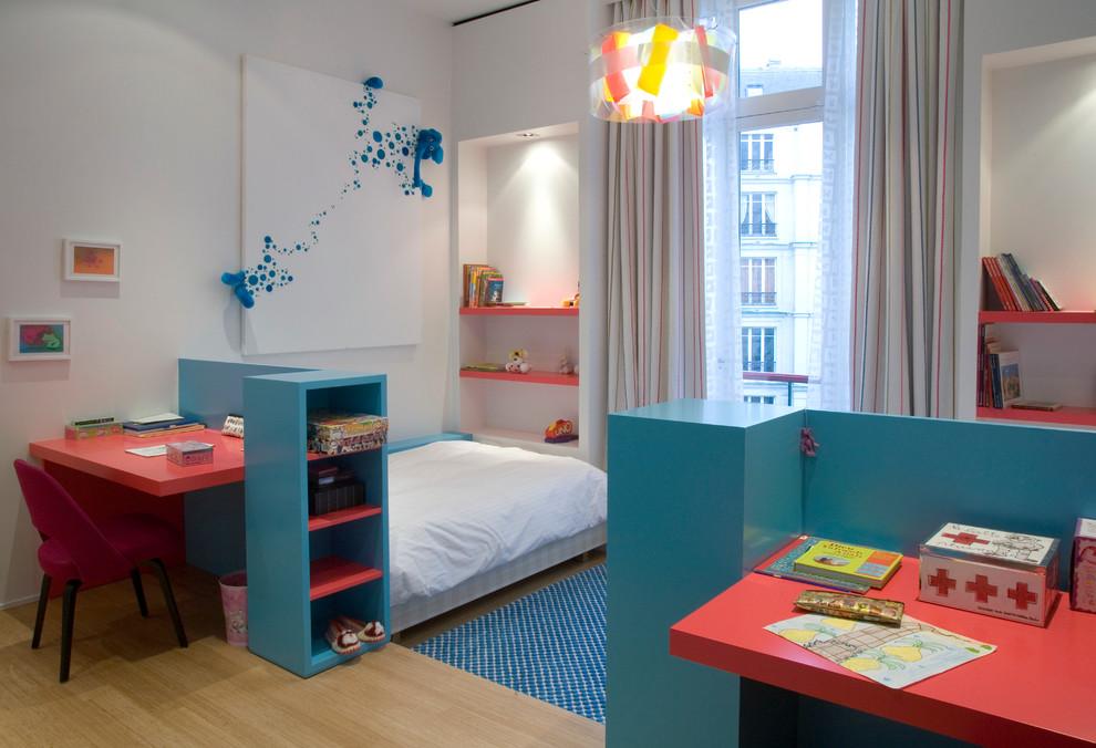 Idées déco pour une chambre d'enfant de 4 à 10 ans contemporaine avec un mur blanc et un sol en bois clair.