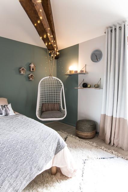 Idéer för att renovera ett nordiskt barnrum, med blå väggar och ljust trägolv