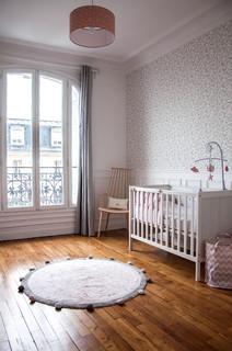 Chambre De Bebe Avec Un Sol En Bois Fonce Photos