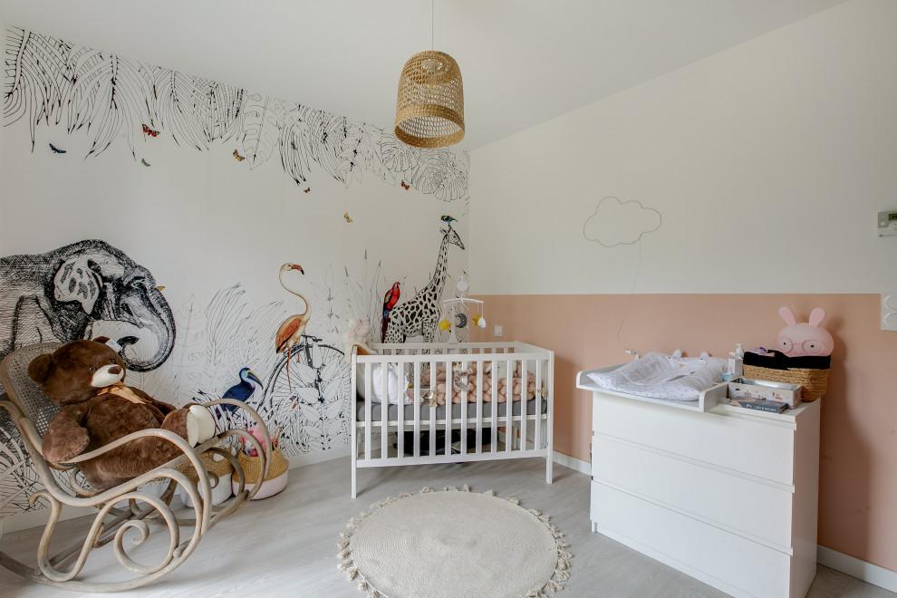 Inspiration pour une chambre de bébé fille design de taille moyenne avec un mur rose et un sol beige.
