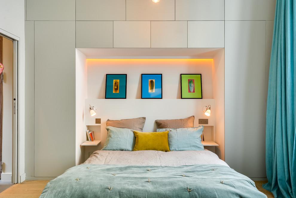 Inspiration for a scandinavian light wood floor bedroom remodel in Paris with gray walls