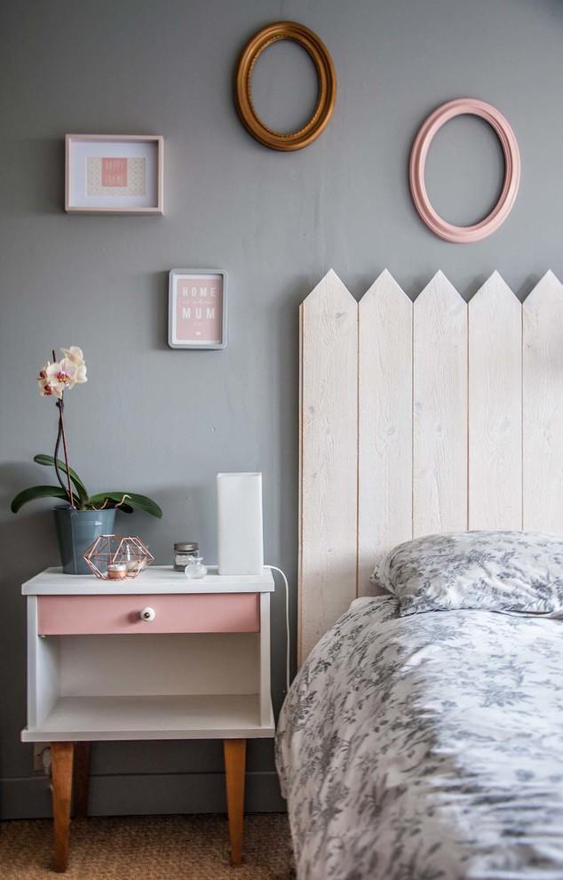 Cette photo montre une chambre adulte scandinave de taille moyenne avec un mur gris et aucune cheminée.