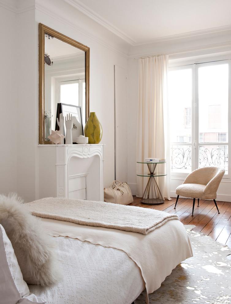 Свежая идея для дизайна: спальня в стиле современная классика с белыми стенами, паркетным полом среднего тона и стандартным камином - отличное фото интерьера