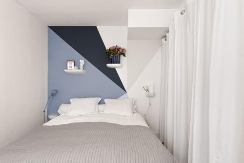 Parete colorata dietro al letto