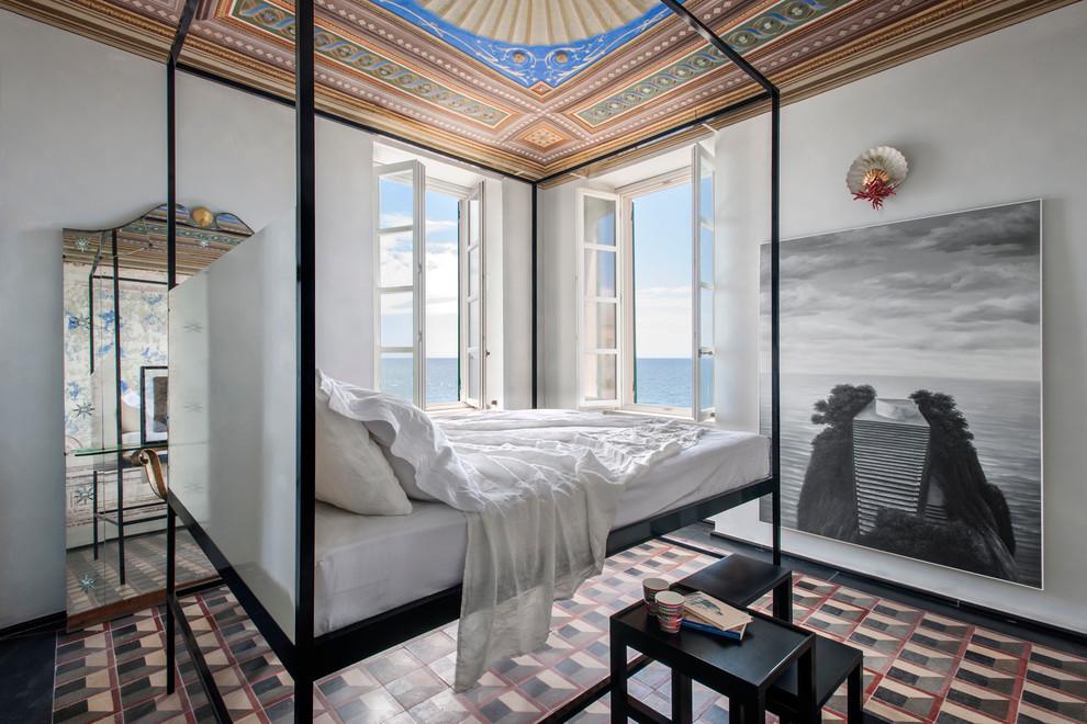 Immagine di una camera da letto mediterranea con pareti bianche
